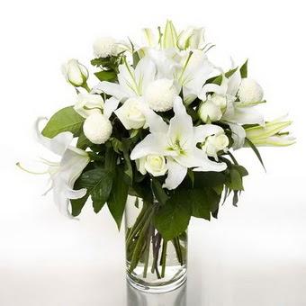 İstanbul uluslararası çiçek gönderme  1 dal cazablanca 7 adet beyaz gül vazosu