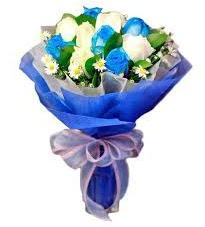 5 mavi gül 6 beyaz gülden buket  İstanbul ucuz çiçek gönder