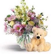 İstanbul çiçek gönderme  cam yada mika vazoda çiçekler ve oyuncak