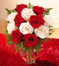 İstanbul çiçek satışı  5 adet kirmizi 5 adet beyaz gül cam vazoda