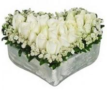 İstanbul çiçekçiler  9 adet beyaz gül mika kalp içerisindedir