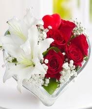 1 kazablanka 5 kırmızı gül kalpte  İstanbul İnternetten çiçek siparişi