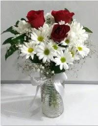 cam vazoda 3 adet kırmızı gül ve papatyalar  İstanbul online çiçekçi , çiçek siparişi