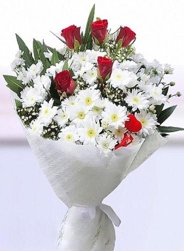 Sevdiğime papatya ve 5 kırmızı gül buketi  İstanbul güvenli kaliteli hızlı çiçek
