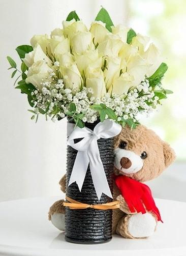 Cam vazoda 25 beyaz gül ve peluş ayı  İstanbul çiçek online çiçek siparişi