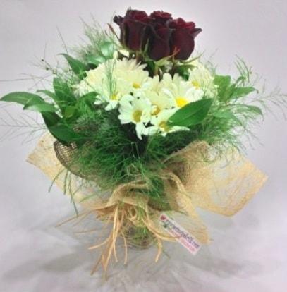 5 adet kırmızı gül ve kırızantem buketi  İstanbul çiçek gönderme