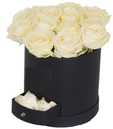 Kutu içerisinde 18 adet beyaz gül  İstanbul uluslararası çiçek gönderme